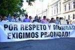 Pancarta: Por respeto y dignidad exigimos prioridad