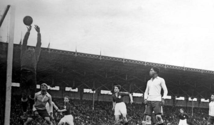 Final del campeonato olímpico de fútbol entre las selecciones de Uruguay y Suiza. París. 09 de junio de 1924. (Archivo: Nationaal Archief/Collectie Spaarnestad, Holanda - Autor: S.d.). Este partido consagró a Uruguay campeón olímpico.