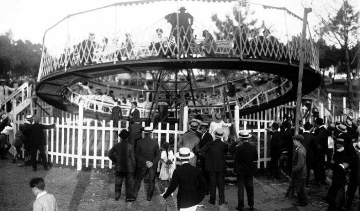Juegos en el Parque Rodo. Año 1921 (Foto 2764 FMH.CMDF.IMM.UY)