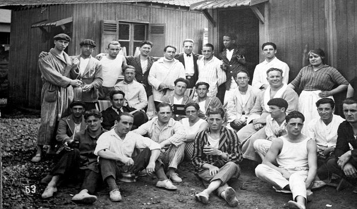 Llegada de la delegación uruguaya de fútbol a Ámsterdam, previo al debut en los Juegos Olímpicos. Año 1928. (Archivo: Nationaal Archief/Collectie Spaarnestad, Holanda – Autor: S.d.).