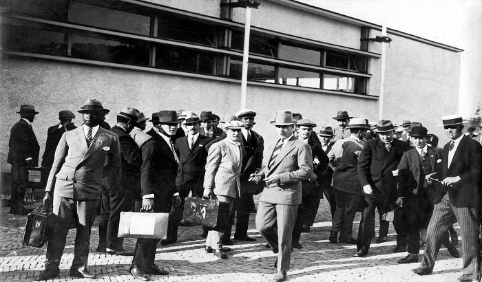 La delegación uruguaya en la entrada de su alojamiento en París. Juegos Olímpicos. Año 1924. (Archivo: Álbum Andrés Mazali, Colombia - Autor: S.d.).