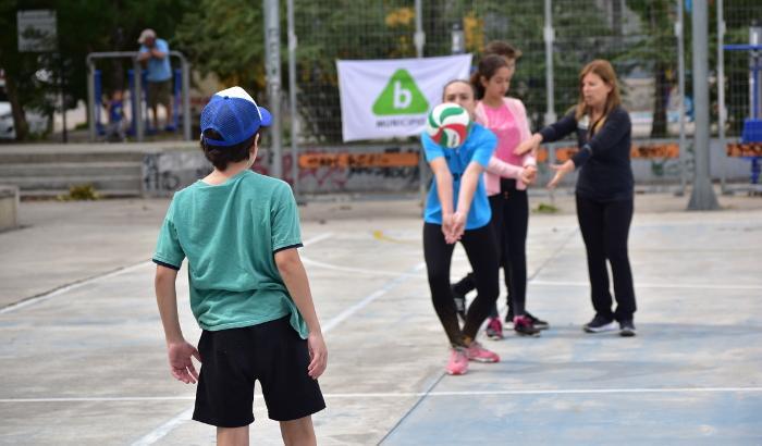 Niños practicando voley