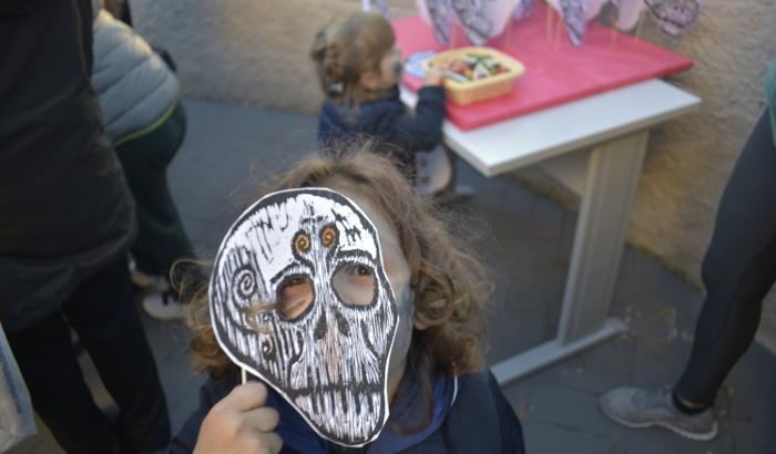 Niño con máscara de calavera